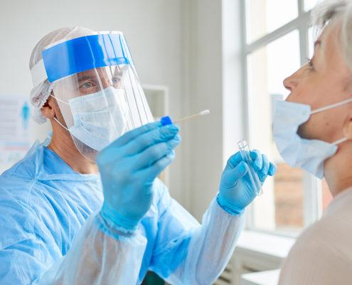 Arzt und Patientin beim Corona Schnelltest